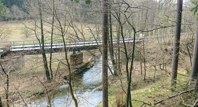 Die Erzgebirgsbahn kreuzt die Zwönitz
