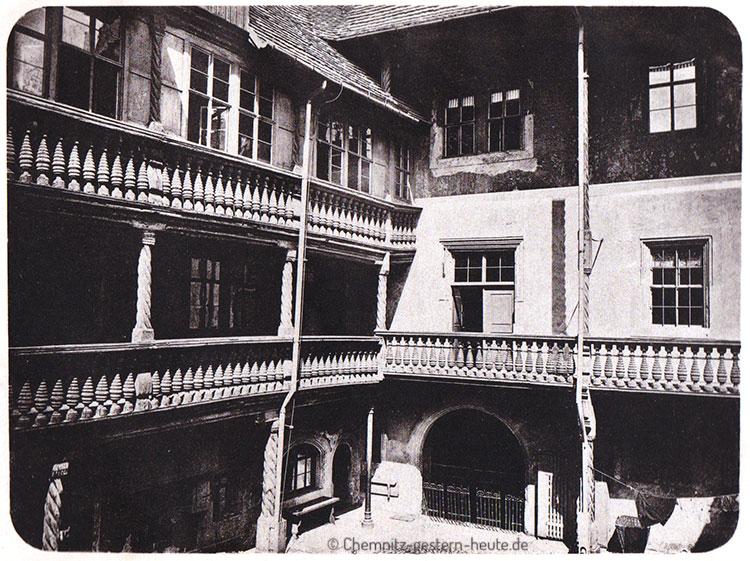 Galerie im Innenhof der Adler-Apotheke