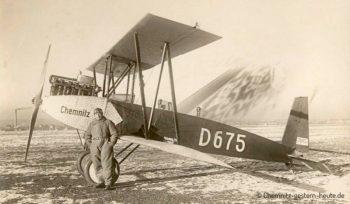 Der Pilot vor dem neuen Flugzeug