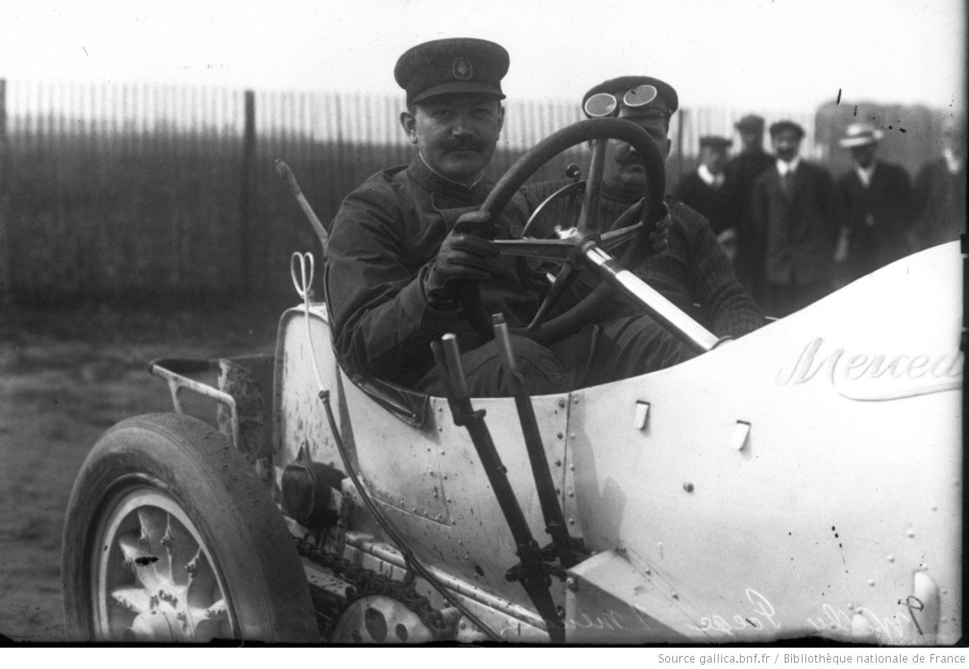 Pöge 1908 in seinem französischen Dieppe-Wagen