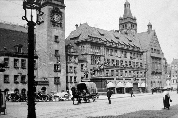 Wartende Droschken um 1913 auf dem Chemnitzer Markt - im Hintergrund auch noch die Pferdedroschken