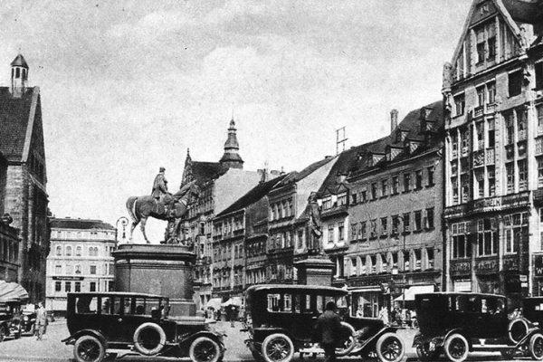 Anfang der 20er - Überangebot - Autodroschken warten an der Westseite des Marktes