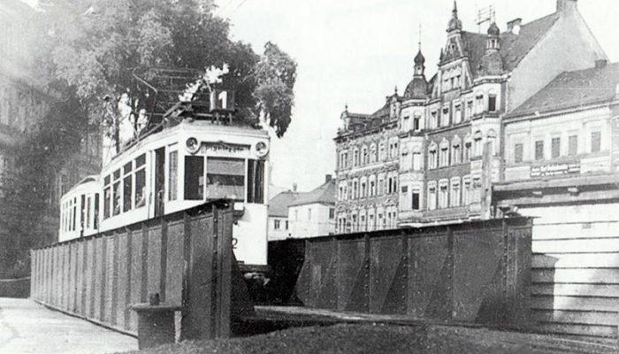 Die Bahn der Linie 1 Richtung Planitzstraße auf der Behelfsbrücke