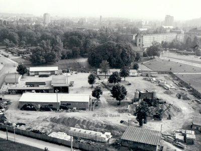 1986 eine ganz andere Situation: Die Fläche längst von den Ruinen befreit, ist der jetzige Parkplatz an der Johanniskirche Baustofflagerplatz für die seit über 25 Jahren dauernde Bebauung der Innenstadt.