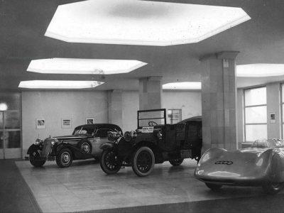 Foyer mit Fahrzeugausstellung