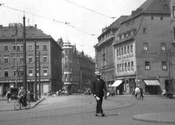 In Bildmitte das Haus mit dem Kuppeldach um 1940