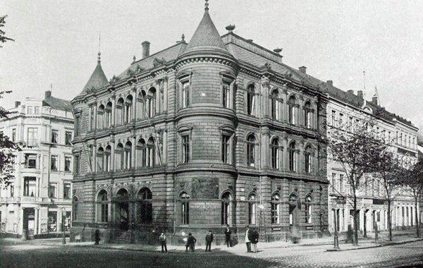 Gebäudeansicht 1899 - hinten Zwingerstraße, vorn Poststraße