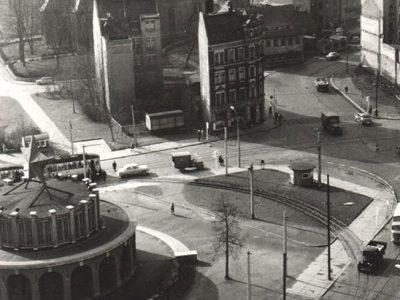 """Um 1953, der Platz ist beräumt, der Sowjet-Pavillon 1952 in Windeseile am Dresdner Platz gebaut. Unten die Dresdner Str., von links kommt die Augustusburger Str., im Hintergrund die neuen Häuser an der Moritz-/Ecke Zschopauer Str. Rechts schaut das """"Tietz"""" ein klein wenig ins Bild."""