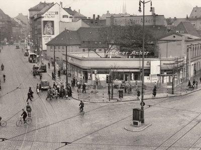"""Das Restaurant """"Goldner Anker"""" kurz vor der Eröffnung, gut ist noch der alte Bürgersteig an der Augustusburger Straße zu erkennen. Links steigt die Dresdner Straße an, oben noch das heute stehende Kunstgewerbehaus erkennbar."""
