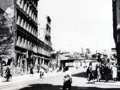 """1945 – Ausgebombte Ruinen, wir blicken von der Äußeren Johannisstraße zum Flachbau des ausgebrannten """"Ankers"""""""