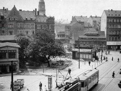 Der Platz ist beräumt, nur ein Kiosk bleibt vor dem Neubau stehen, ein kleiner Biergarten lädt Gäste zur Einkehr ein - Aufnahme vermutlich Sommer 1935