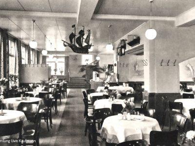 Inneneinrichtung - Die Sachlichkeit der 30er Jahre zeigt auch hier seine Spuren, das Schiff als Element an der Decke finden wir auch auf der Eröffnungsanzeige wieder.