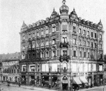 Das neue Geschäftshaus, erbaut 1899 - links das ab 1900 bezogene Haus Königstraße 18