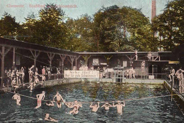 Kinder an der Abtrennung zum Schwimmerbereich